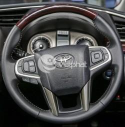 Khâu da vô lăng sơn vân gỗ cho xe Toyota Innova